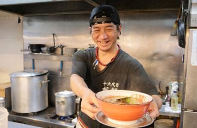哲麺 縁 - 3か月、6か月。節目の時期まで後追い研修するのが「哲麺 縁」